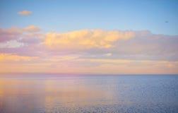 Nieba tło na zmierzchu, nadbrzeże składu projekta elementu natury raj Panoramiczny zmierzchu nieba tło Taganrog zatoka, Azov morz Obraz Stock