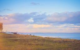 Nieba tło na zmierzchu, nadbrzeże składu projekta elementu natury raj Panoramiczny zmierzchu nieba tło Taganrog zatoka, Azov morz Fotografia Royalty Free