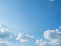 Nieba tło z malutkimi chmurami Obrazy Royalty Free