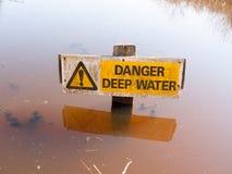 Niebezpieczeństwo głębokiej wody znaka wody powierzchni ostrożny ostrzegawczy żółty trójbok obrazy royalty free