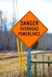Niebezpieczeństwa powerline zasięrzutny znak obok podjazdu Obraz Stock