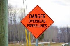 Niebezpieczeństwa powerline zasięrzutny znak obok władza słupa Fotografia Stock