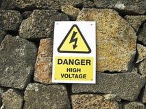 niebezpieczeństwa wysokiego znaka woltażu kolor żółty Zdjęcia Royalty Free