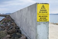 Niebezpieczeństwo śmierć żadny dostęp poza ten punktu znak przy schronienie ścianą zdjęcie stock