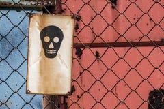 Niebezpieczeństwo śmierć znak na Drucianej siatki ogrodzeniu zdjęcie stock