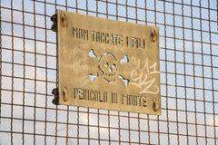 Niebezpieczeństwo śmierć znak na kolejowym ogrodzenie moscie obrazy stock