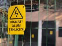 Niebezpieczeństwo śmierć znak na ogrodzeniu w turecczyźnie fotografia royalty free