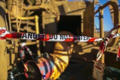 Niebezpieczeństwo bielu i czerwieni taśmy barykady niedopuszczenia teren przy uwięzionym astronautycznym hasłowym drzwi upoważnia fotografia royalty free