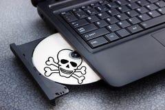 Niebezpieczeństwo cd w tacy komputerowy laptop fotografia stock