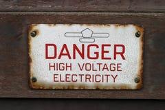 niebezpieczeństwo energii elektrycznej znaku wysokiego napięcia Zdjęcia Stock