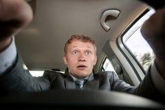 Niebezpieczeństwo na drodze kierowca okaleczał obsiadanie za kołem Zdjęcia Royalty Free