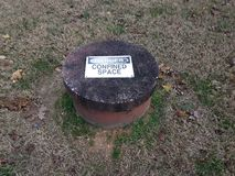 Niebezpieczeństwo ograniczający przestrzeń znak na cementowej dziurze zdjęcie royalty free