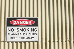 Niebezpieczeństwo palenie zabronione lub otwierał ogień znaka Fotografia Stock