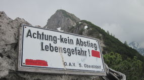 Niebezpieczeństwo podpisuje wewnątrz Niemieckich alps dla wycieczkowiczy, Niemcy Obrazy Stock