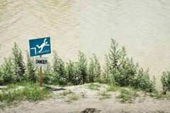 Niebezpieczeństwo sygnał spadać w wodę Obrazy Stock