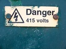 Niebezpieczeństwo 415 woltów znaka na pudełkowaty uk Obrazy Stock