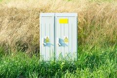 Niebezpieczeństwo woltażu wysoki znak na elektrycznym pudełku fotografia stock
