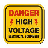 Niebezpieczeństwo wysokiego woltażu elektryczny wyposażenie - koloru żółtego znak Obrazy Stock
