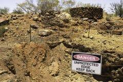 Niebezpieczeństwo znak ostrzega zaniechani kopalniani dyszle w odludziu Austraia zdjęcie royalty free