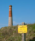 Niebezpieczeństw starzy kopalniani działania podpisują z cornish kopalnianymi pracami kominowymi obraz royalty free