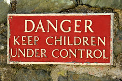Niebezpieczeństwa utrzymania dzieci pod kontrola znakiem Zdjęcia Stock