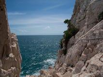 Niebezpieczna ścieżka wzdłuż wybrzeża zdjęcia stock