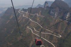Niebezpieczna droga w górach i długim wagonie kolei linowej Zdjęcia Royalty Free