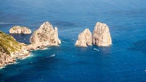 Niebezpieczna faleza kołysa wzrosty od morza fotografia royalty free