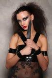 Niebezpieczna kobieta z knifeand dzikim włosy z bliska Graybackground Zdjęcia Stock