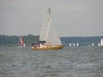 Niebezpieczna konwergencja jachty Fotografia 12 14 Minsk Zaslavskoe rezerwuaru Denna republika Białoruś obrazy stock