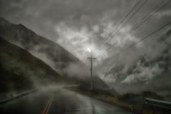 Niebezpieczna Yungas droga z mokrym asfaltem zdjęcie stock