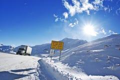 Niebezpieczna zimy droga zdjęcia royalty free