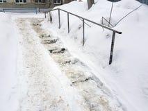 Niebezpieczni śliscy schodki i stary poręcz w zimie fotografia stock