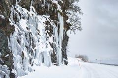 Niebezpieczni ampuła lodu lustra blisko śnieżnej drogi Obraz Royalty Free