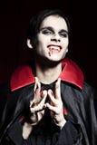 niebezpiecznie męski uśmiechnięty wampir Zdjęcia Royalty Free
