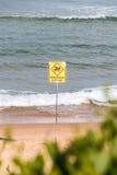 Niebezpieczny aktualny znak ostrzegawczy, żadny dopłynięcie w morzu Zdjęcia Royalty Free