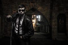 Niebezpieczny kryminalny mężczyzna na ulicie przy nocą Zdjęcia Royalty Free