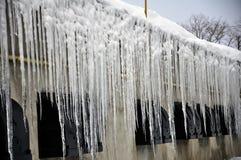 Niebezpieczny lodowy sopel fotografia royalty free