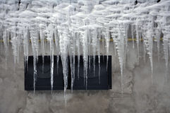 Niebezpieczny lodowy sopel zdjęcia royalty free