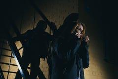 Niebezpieczny mężczyzna i młoda kobieta pojęcie przestępstwo pojęcie rabunek obrazy stock