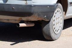 Niebezpieczny, nagła potrzeba zmieniać koła samochód jedzie na łysych oponach obraz stock