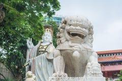Niebiańska lew statuy i Kwun ignamu statua przy Kwun ignamu świątynią, Hong Kong Fotografia Stock