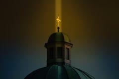 Niebiański dotyk: promień złoty lekki oświeca cr Obraz Royalty Free