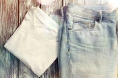 Niebiescy dżinsy i biała koszulka Fotografia Stock