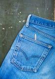 Niebiescy dżinsy kieszeń na starym drewnianym tle Odgórny widok Obrazy Stock