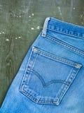 Niebiescy dżinsy kieszeń na starym drewnianym tle Odgórny widok Obraz Royalty Free