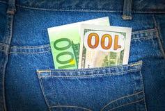 Niebiescy dżinsy wkładać do kieszeni z sto euro i sto amerykanami Obrazy Royalty Free