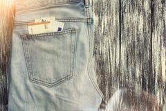 Niebiescy dżinsy z pieniądze w kieszeni Fotografia Royalty Free