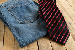 Niebiescy dżinsy i krawat Obrazy Royalty Free