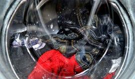 Niebiescy dżinsy w pralce Fotografia Royalty Free